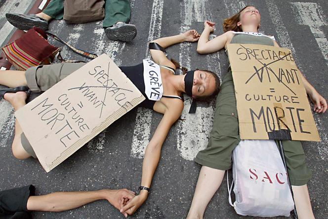 Une manifestation d'intermittents du spectacle, le 9 juillet 2003, contre le projet du gouvernement pour réorganiser leur système de protection sociale, à Avignon.