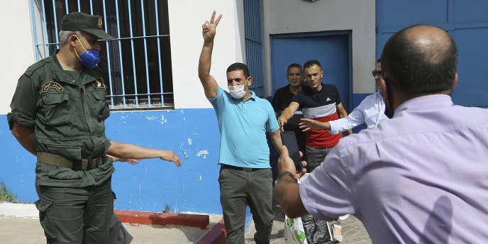 Karim Tabbou lors de sa libération de la prison de Kolea, à l'ouest d'Alger, le 2 juillet 2020.