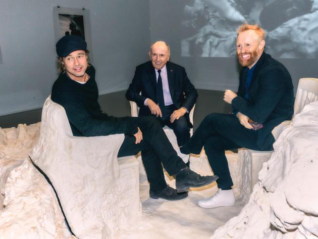 Thomas Houseago, à droite, avec Brad Pitt et François Pinault, lors de son vernissage au Musée d'art moderne à Paris, le 12 mars 2019.