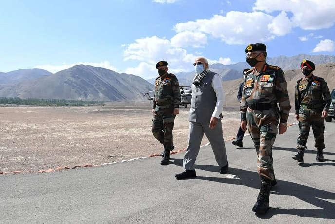 Le premier ministre indien Narendra Modi lors d'une visite dans la région du Ladakh, à la frontière chinoise, vendredi 3 juillet. Photo fournie par les services de communication du gouvernement indien.