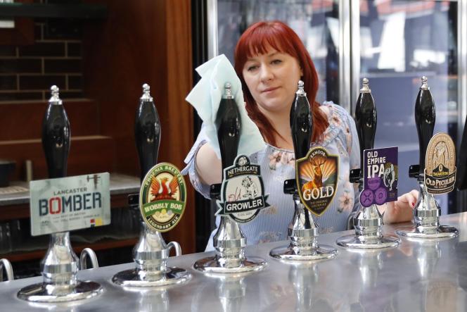 Préparatifs avant la réouverture dans un pub Wetherspoons dans le nord de Londres.