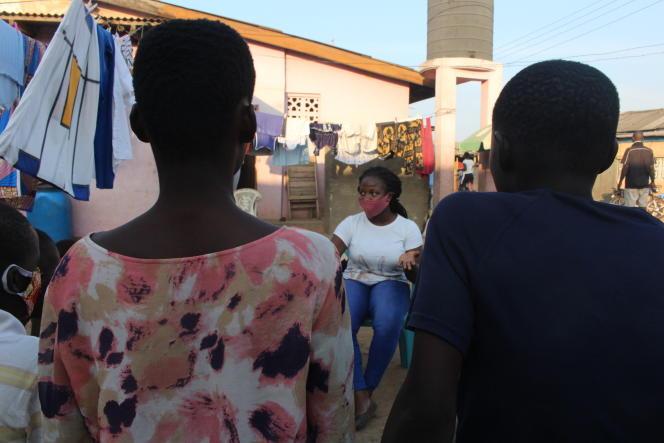 A Accra, Sarah Lotus Asare, 25ans, sensibilise les plus jeunes aux risques des grossesses précoces.