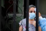 Un employé municipal vérifie la température d'une résidente deSoyapango (Salvador), vendredi 3 juillet.