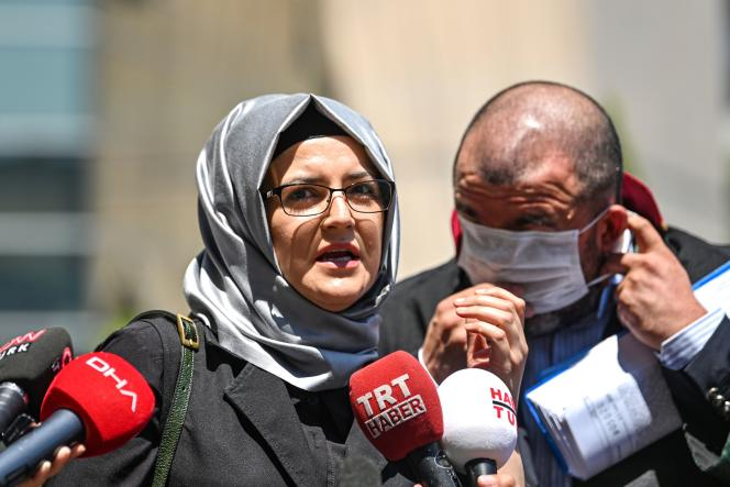 La fiancée de Jamal Khashoggi, Hatice Cengiz, à la sortie du tribunal d'Istanbul, le 3juillet2020.