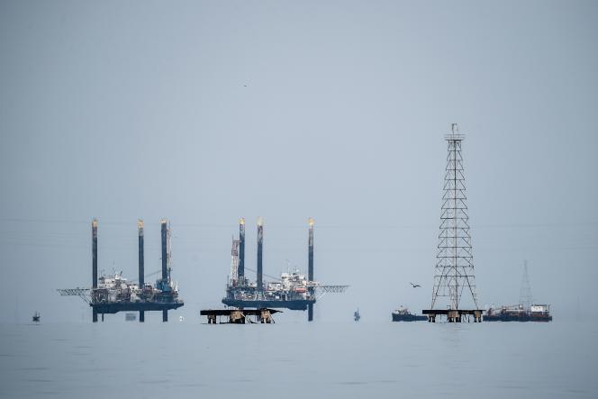 Des plates-formes pétrolière d'extraction de brut à Maracaibo, au Venezuela, le 2 mai 2018.