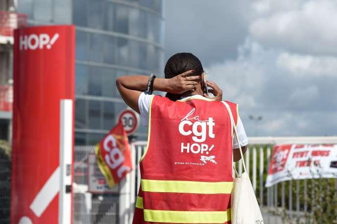 Lors d'une manifestation de la CGT en juillet à Bouguenais (Loire-Atlantique), où sont situés les bureaux régionaux de la filiale d'Air France HOP!.