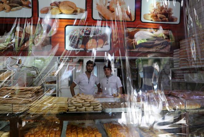 Dans une boulangerie de Téhéran (Iran), le 13 juin 2020.