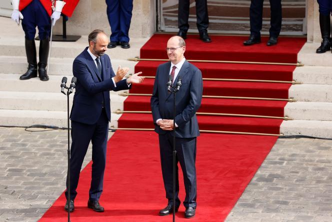 Lors de la passation des pouvoirs à l'Hôtel Matignon, le 3 juin à Paris.