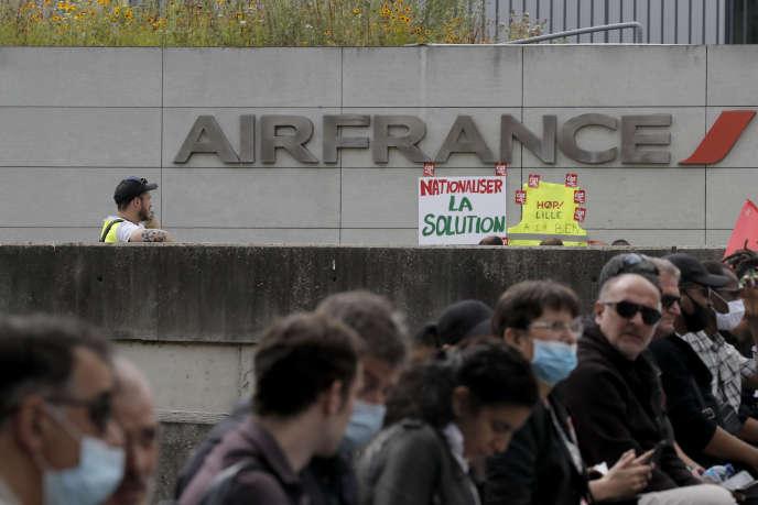 Rassemblement de salariés d'Air France, au siège de la compagnie aérienne, à Tremblay-en-France (Seine-Saint-Denis), le 3 juillet.