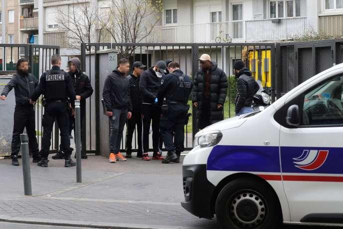 Des policiers de l'unité CSI93 contrôlent les autorisations de sortie de passants, à Saint-Ouen,le 2 avril.