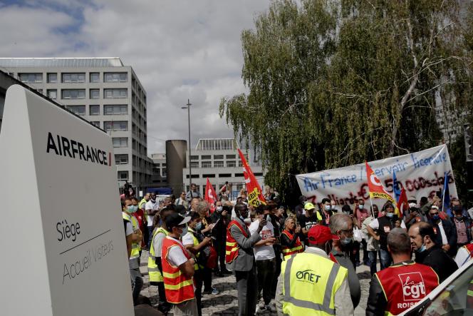 Devant le siège de Air France à Roissy, vendredi 3 juillet, une centaine de personnes étaient rassemblées pour exprimer leur « colère » face aux suppressions de postes.