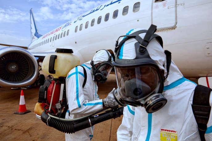 Désinfection d'un avion juste atterri à Juba, au Soudan du Sud, le 3avril 2020.