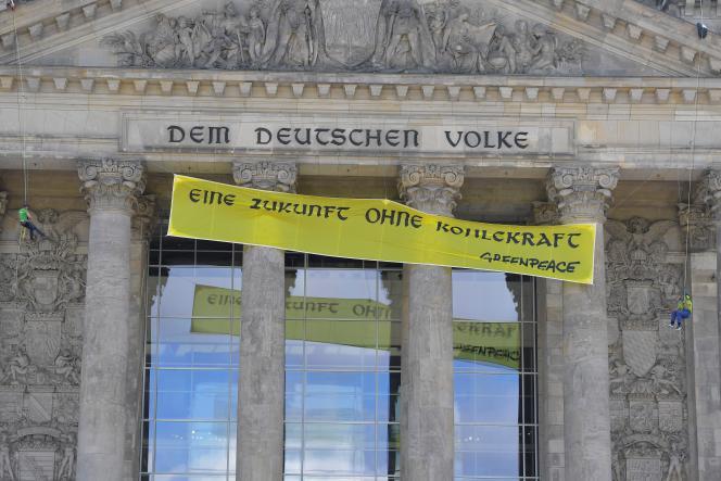 Une banderole de Greenpeace pour un « future sans charbon» accrochée sur la façade du Reichstag à Berlin, le 3 juillet.