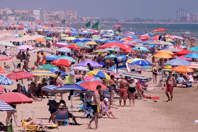 Affluence à la plage à Gandia, près de Valence (Espagne), le 1er juillet.