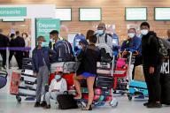 Des passagers à l'aéroport d'Orly, le 26 juin 2020.
