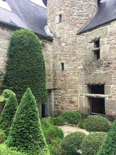 Ifs et buis taillés,au pied du manoir du Grand Launay, une riche demeure paysanne des XVIIe et XVIIIe siècles entièrement restaurée.