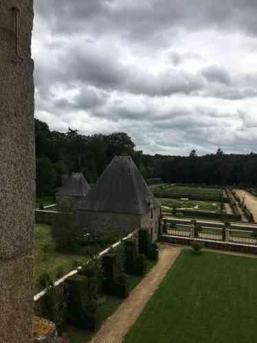 Le château du Coscro a pris sa physionomie actuelle au XVIIe siècle. Acquis dans les années 1980 par Daniel et Sylvie Piquet, il a fait l'objet d'une restauration soigneuse, accompagnée de la restitution spectaculaire du jardin, transformé longtemps auparavant en exploitation agricole, et dont les douves avaient été comblées.