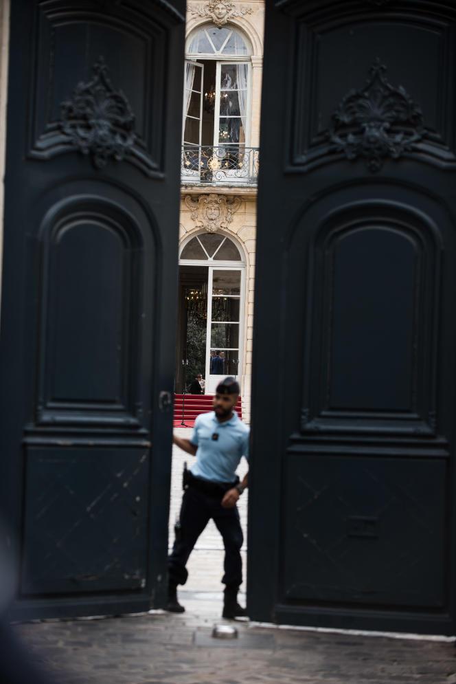 Devant l'Hôtel Matignon lors de la passation des pouvoirs entre Edouard Philippe et Jean Castex, le 3 juillet.