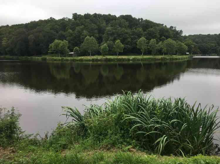 Les étangs de Pitié, un coude de l'ancien canal de Nantes à Brest, doivent leur nom à la chapelle attenante, datant du XVe siècle.