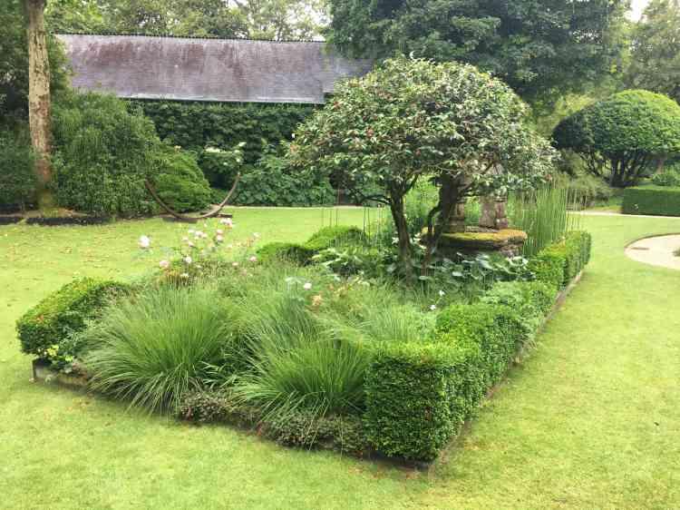 L'ancien puits se laisse deviner au milieu de la composition végétale. Les jardins ont été conçus par le paysagiste Gaël Boëdec.