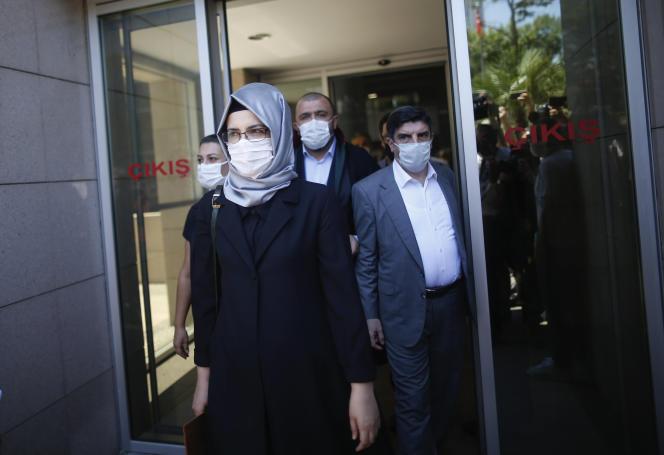 Hatice Cengiz, la fiancée du journaliste Jamal Khashoggi, à sa sortie du tribunal d'Istanbul, le 3 juillet.