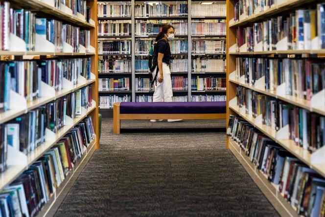 Une femme dans une bibliothèque à Hongkong, le 4 juillet.