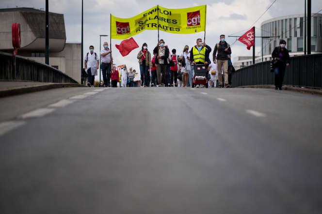 Lors d'une manifestation contre la réforme des retraites et pour la revalorisation salariale des soignants, le 9 juin à Nantes.