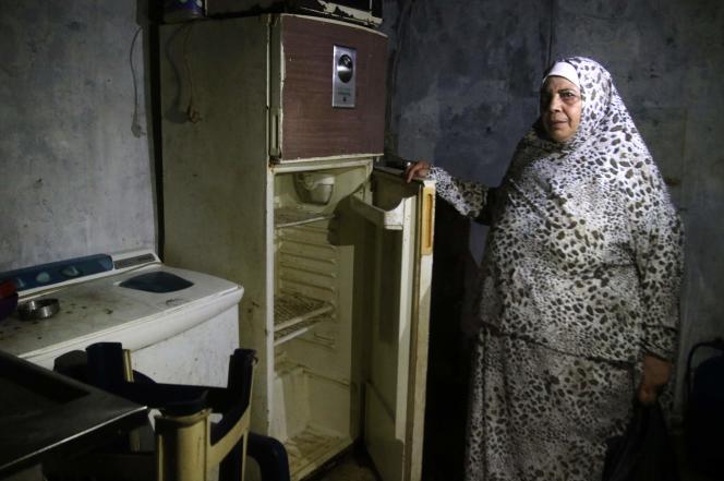Une Libanaise montre le contenu de son réfrigérateur dans son appartement de Sidon, dans le sud du pays, le 16 juin.