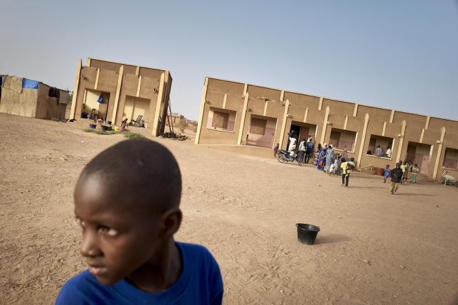 Un jeune garçon dans la cour d'une école à Sevare où plus de 400 membres de la communauté Dogon se sont réfugiés après avoir fui leur village de Toou, au centre du Mali, le 26 février 2020.