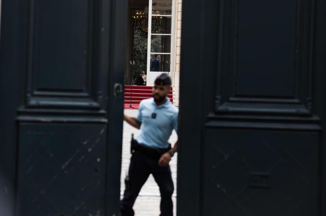 Les portes de l'Hôtel Matignon lors de la passation de pouvoirs entre Edouard Philippe et Jean Castex, le 3 juillet.