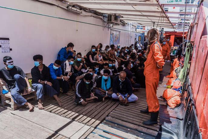 Des migrants sur le pont de l'« Ocean-Viking», le 5 juillet2020.