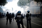 Des policiers sécurisant le périmètre de la place de la République lors d'une manifestation en hommage à George Floyd, à Paris, le 13 juin.