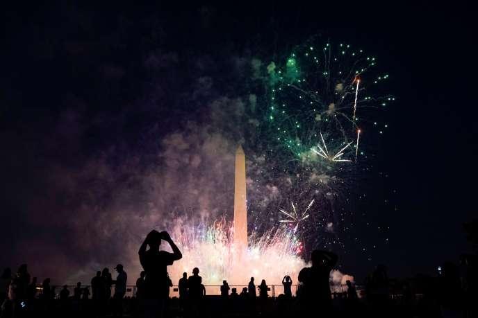 Des gens observent des feux d'artificeà Washington, le 4 juillet.