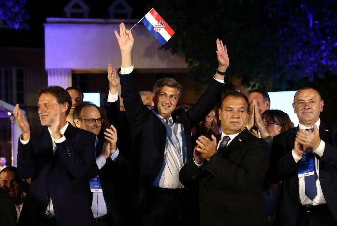 Le premier ministre conservateur sortant, Andrej Plenkovic,agite un drapeau croate après l'annonce des résultats des élections, àZagreb, en Croatie, le 5juillet.