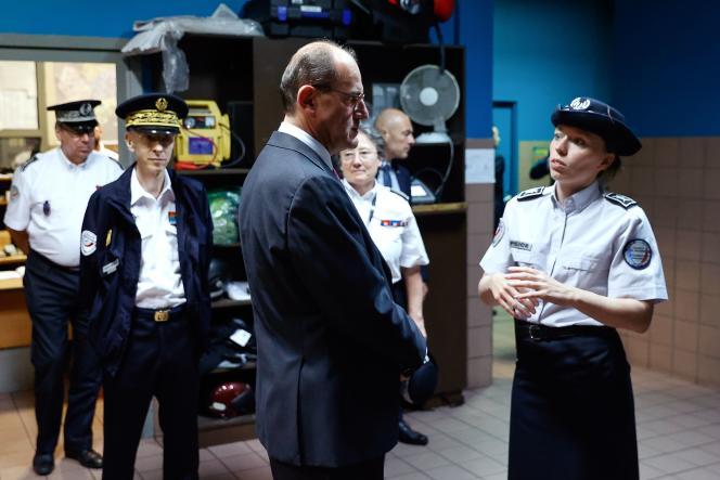 Le premier ministre, Jean Castex, rencontre des policiers en compagnie du préfet de Paris, Didier Lallement, lors d'une visite au commissariat de La Courneuve, le 5 juillet.