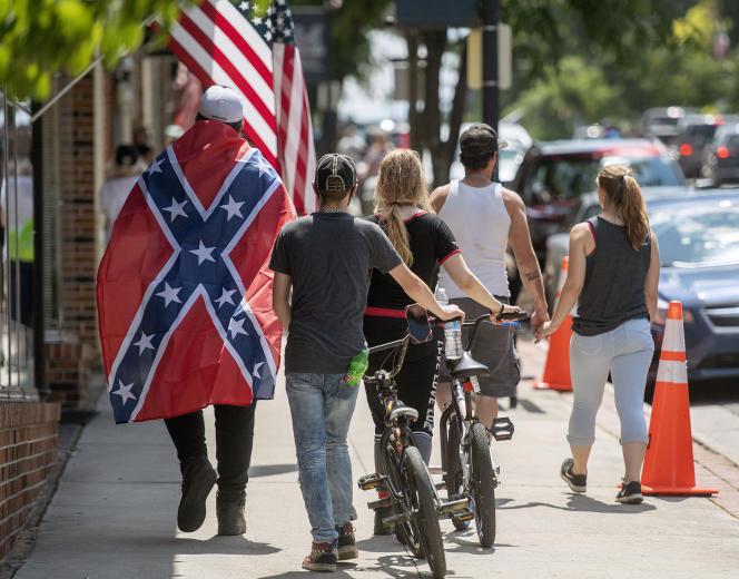 Un homme arbore le drapeau confédéré à Marion, en Virginie, la veille de la fête nationale américaine, le 3 juillet.