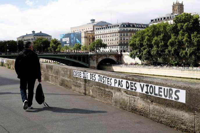 Une opération de collage de messages en langue corse et en français a été menée dans les rues de Paris, en soutien aux victimes de violences sexuelles de l'île, le 4 juillet.