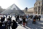 Journalistes et visiteurs attendent, lundi 6 juillet, la réouverture du musée le plus visité au monde.