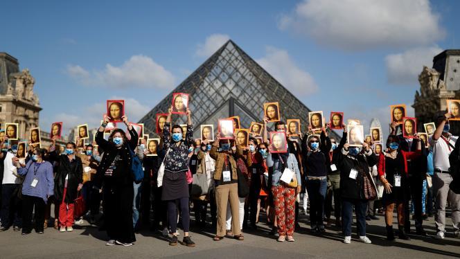 Masques barrés d'une croix sur le nez et portraits de «La Joconde» en main, plusieurs dizaines de guides-conférenciers ont manifesté lundi pour dénoncer la précarité de leur situation à l'occasion de la réouverture du Louvre au public.