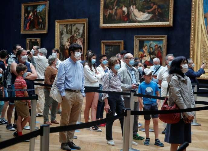 Devant «La Joconde» de Léonard de Vinci, au Musée du Louvre, à Paris, le 6 juillet.