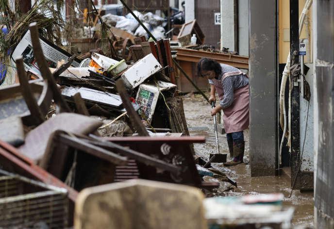 La saison des pluies bat son plein dans l'archipel nippon en ce moment, une période à hauts risques en matière d'inondations, coulées de boue et glissements de terrain. De fortes pluies sont encore attendues dans la région jusqu'à mardi matin.