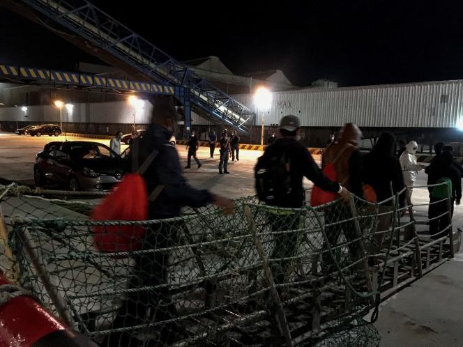 Les migrants débarquent de l'«Ocean-Viking», le 6 juillet.