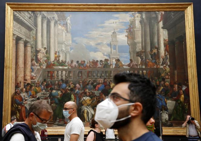 Des visiteurs devant le tableau de Véronèse, les Noces de Cana, au Louvre, lundi 6 juillet 2020.
