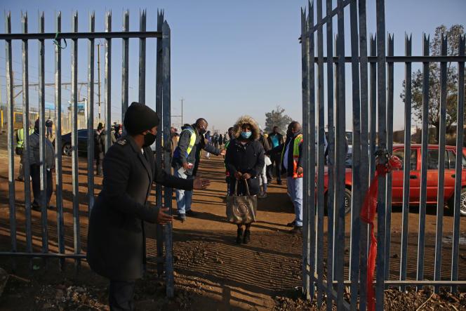 Des voyageurs patientent à la gare de Pienaarspoort, dans la banlieue de Pretoria, mercredi 1er juillet.