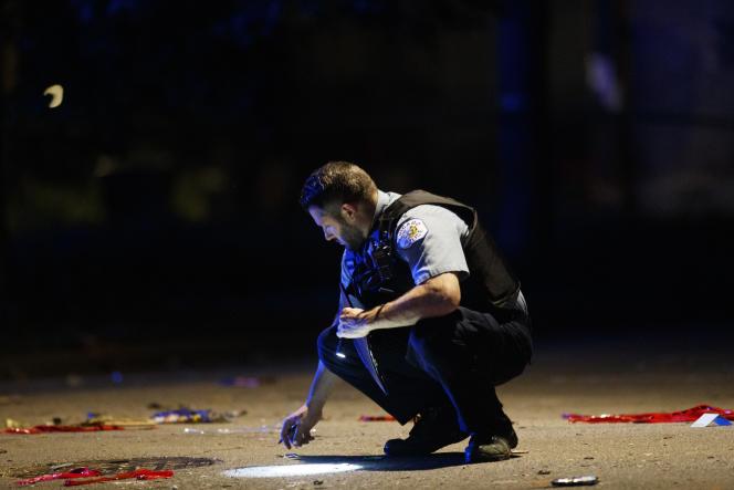 Un policier enquête sur les lieux d'une fusillade à Chicago (Illinois), le 5 juillet. Au moins une douzaine de personnes, dont une fillette de 7 ans, lors d'une fête familiale, et un adolescent, ont été tuées dans la ville au cours du week-end du 4-Juillet.