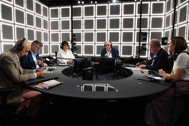 Louis Gallois (Fédération des acteurs de la solidarité), Augustin de Romanet (Groupe ADP), Hélène Rey (Le Cercle des économistes), Vincent Giret (Franceinfo),François Hommeril (CFE-CGC) et Orlane François (FAGE), à Paris, le 5 juillet.