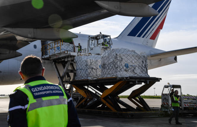 Déchargement d'une livraison de masques en provenance de Chine, à l'aéroport Roissy-Charles-de-Gaulle (Val-d'Oise), le 30 avril.