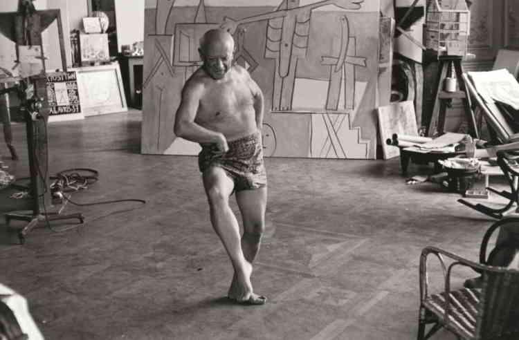 «Pendant l'été 1955, Picasso s'engage dans le cycle des Baigneurs sous la forme de six assemblages de bois qui seront ensuite fondus en bronze. Deux ans plus tard, sous l'œil du photographe David Douglas Duncan, qui en documente les étapes, il peint les Baigneurs à la Garoupe, directement inspirés de ces silhouettes de bois.»
