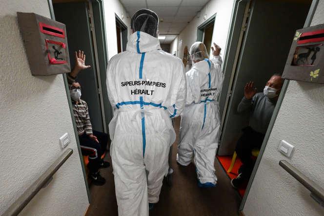 Des sapeurs-pompiers lors d'une opération de dépistage duCovid-19, dans une maison de retraite à Frontignan (Hérault), le 16 avril.