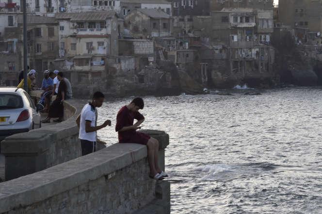 Sur la promenade du front de mer, à Alger, le 29 juin.